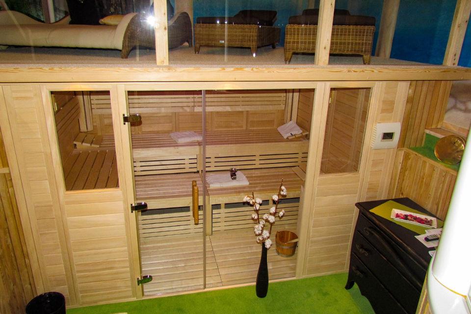 Foto eines zur Sauna mit darüber angebrachter Liegefläche umgebauten Pools, geplant und eingebaut von Armin Wiedel - Wellness Wiedel